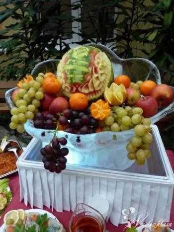 Rzeźby lodowe owocowe fontanna czekoladowa carving, Słodki kącik na weselu Dolsk