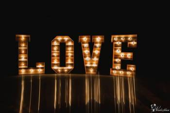 Drewniane litery z żarówkami, girlandy, Retrobudka,  strefa chillout, Dekoracje światłem Niemcza