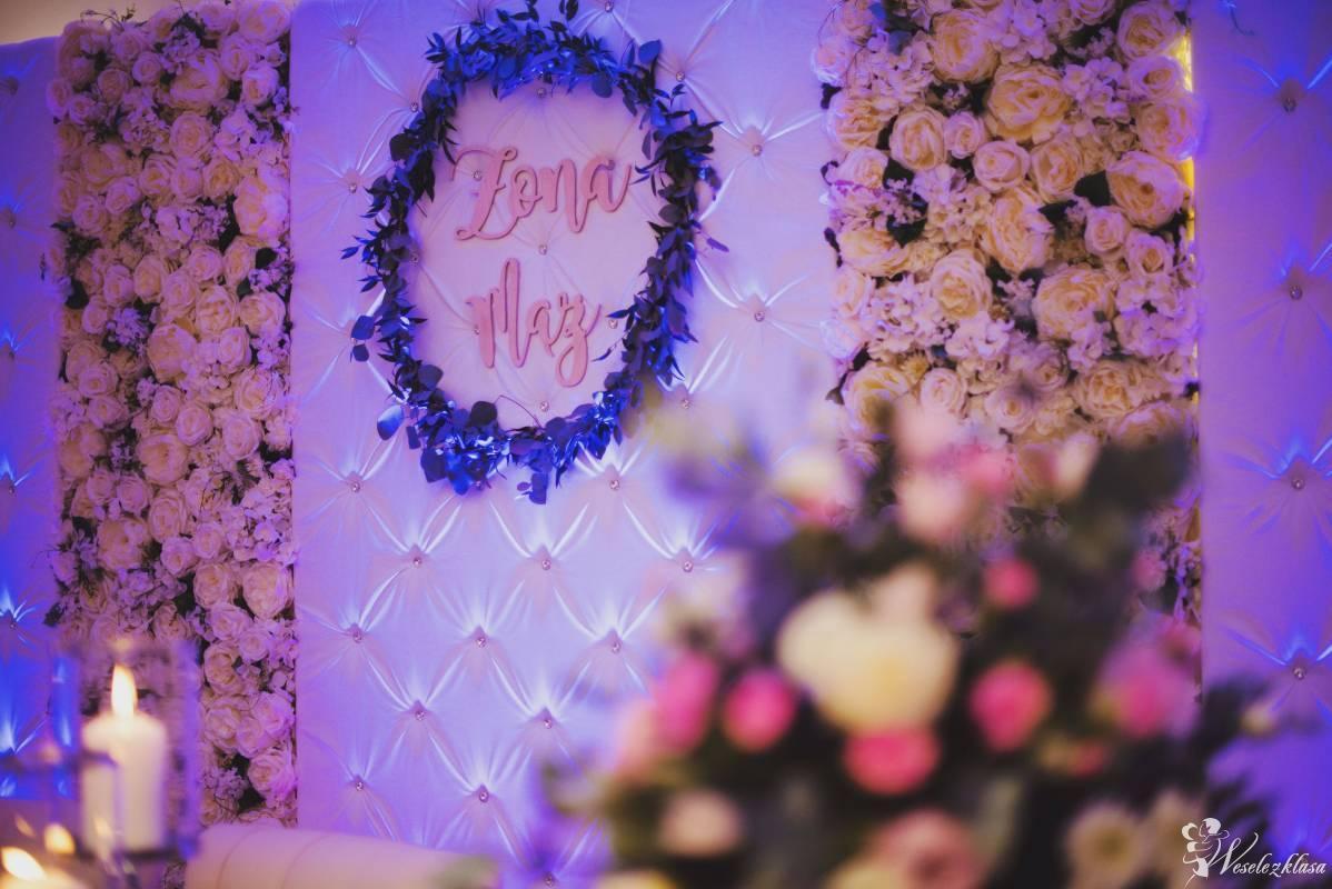 *Biała* pikowana Ścianka Tło z kryształami i kwiatami za Parą Młodych, Legnica - zdjęcie 1