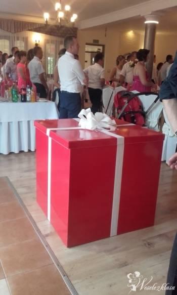 Piękne czerwone pudło z balonami z helem, Balony, bańki mydlane Rzeszów