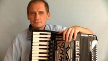 Akordeonista do wynajęcia na marsza, Artysta Chynów