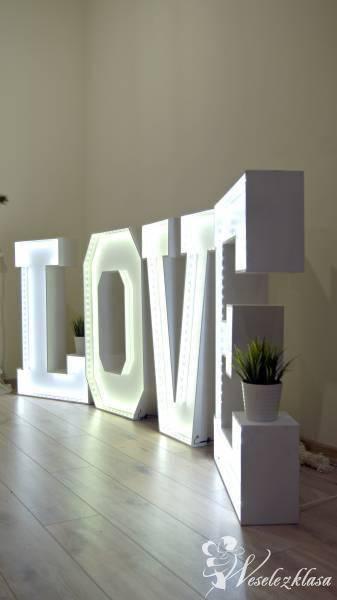 Piękny, świetlisty napis LOVE, Dekoracje ślubne Mosina