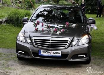 Srebrny i elegancki Mercedes-Benz E220 wraz z kier, Samochód, auto do ślubu, limuzyna Michałowo