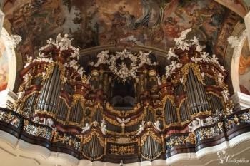 Oprawa muzyczna wykonana przez b. solistę Filharmonii Narodowej, Oprawa muzyczna ślubu Pilawa
