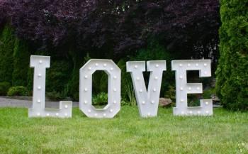 Napis LOVE do wynajęcia, Dekoracje światłem Wołów