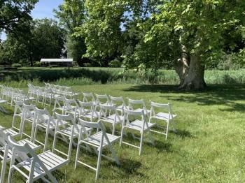 Białe drewniane krzesła na ślub plenerowy girlandy zarowkowe LOVE, Dekoracje ślubne Grudziądz