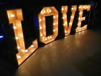 PIękny drewniany napis LOVE o ciepłej barwie światła, Napis Love Bielsko-Biała
