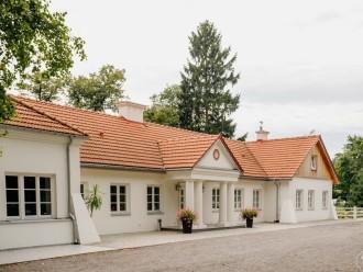 Dwór Amelii-XVIII-wieczny pięknie odnowiony zabytek w rozległym parku.,  Ruda Kościelna