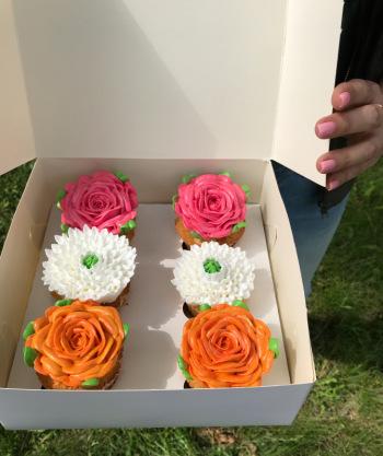 Pieczę muffinki ma zamówienie z przepiękną dekoracją, Słodki kącik na weselu Trzemeszno