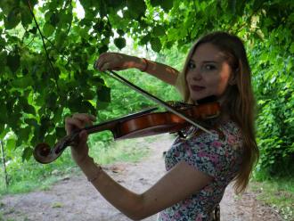 Karolina Wesołowska - oprawa muzyczna skrzypce i wokal (+ gitara),  Gdańsk