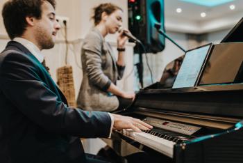 Wyjątkowy duet muzyczny (pianino + wokal) na niezwykły początek wesela, Zespoły weselne Wrocław