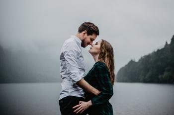 Fotografia ślubna kadrowana sercem - emocje na pierwszym planie