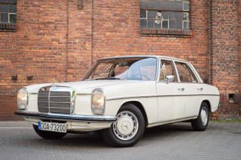 Retro MERCEDES W115 1973. Zabytkowe auto w stylu vintage. , Samochód, auto do ślubu, limuzyna Wołów