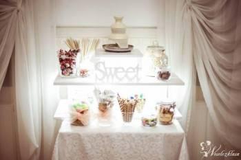 mała fontanna czekoladowa, strusie pióra, patera, Słodki kącik na weselu Ruciane-Nida