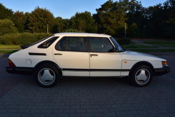 Kultowym białym krokodylem, Saab 900 OG do ślubu, Samochód, auto do ślubu, limuzyna Chojnice