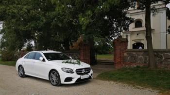 Auto samochód do ślubu Biały Mercedes-Benz klasa E AMG