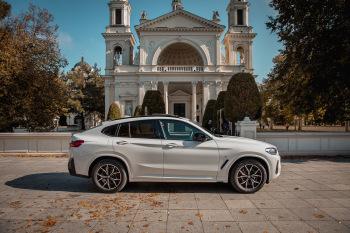 Białe BMW X4 2021 z czerwoną skórą