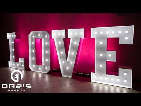 Dekoracja światłem, napis LOVE, taniec w chmurach, pikowana ścianka - film 1