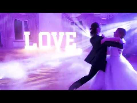 Hocus-Pocus - Dekoracja światłem, napis LOVE, taniec w chmurach, budka - film 1